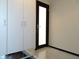 玄関には天井までのシューズクローゼットがあります。