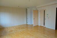 居間(南東向きのワイドバルコニーで全居室明るいお部屋です)