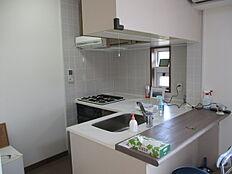 ガス利用のシステムキッチンです。カウンターキッチンで小窓があります。