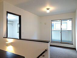 階段をあがってすぐの室内は、家族の共有スペースや書斎としてご利用いただけます。
