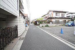前面道路は住人以外の往来はほとんどございません。