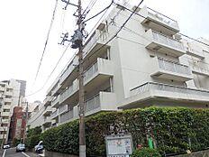 藤和不動産(株)旧分譲。平成17年6月大規模修繕工事実施済。白い外壁の重厚感のある造りです。