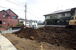南側にあるお家も本地側にアプローチを設けておりますので少し抜けがございます。