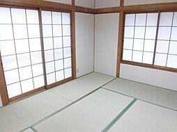 リフォーム済。和室写真です。天井と壁はクロスを張り、畳は表替えをしました。い草の香りが漂う心地よい空間です。