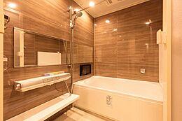 ゆったりとした浴室で癒しのバスタイム。浴室暖房乾燥機付きで雨の日でも安心です。
