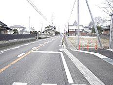 前面道路は約8メートルの幅員駐車もラクラクですね。