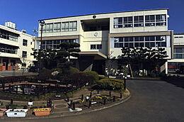 東村山市立久米川小学校まで700m、東村山市立久米川小学校まで徒歩約9分。