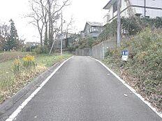 北東側幅員約5mの前面道路です。