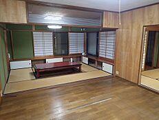 リフォーム前現在ある洋室と和室をつないでキッチンを移設し、約14帖のLDKへ間取り変更を行います。