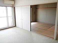 和室とつながる南側のリビング。