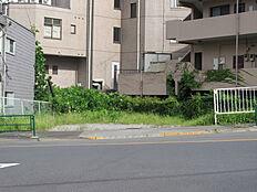 大通りに面した開放的な売地。八王子インターや東京環状線が近くにあり、交通アクセスです。
