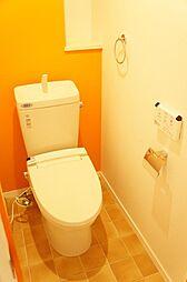 嬉しい温水洗浄暖房便座付。スタイリッシュなタオルリングとペーパーホールダーを設置