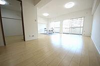 居間(新規フルリフォーム済バルコニーに面した大きな窓が2つ並ぶ、開放的なお部屋です)