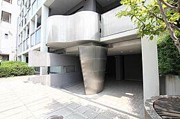 正面の柱が印象的な平成4年2月完成のマンションです。66.27平米の3LDKマンションです。