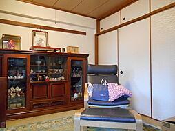 和室には日本的な味わいの、掘りごたつが設置されています
