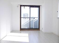 北側の洋室です。窓があるので明るい雰囲気です。