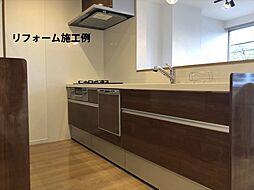 月々3955円(総額1384000円、金利1.075%35年)のリフォームで新品のキッチンに。人工大理石トップは耐久性も優秀。お手入れや、片づけしやすいスキットシンクでいつも綺麗が続きます。