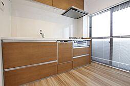 窓から陽が入るキッチンは気持ちよく料理ができます