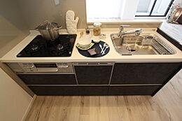 マット&ダークなヴィンテージメタル柄とホワイト系ワークトップをマッチング。硬質でシャープなコントラストが美しいトレンド感あふれるスタイリッシュなキッチン
