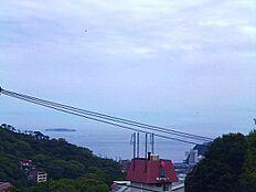 海・初島・花火を望む