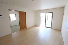 南向きの明るいリビングは和室と合わせて21.7帖の大きな空間です。