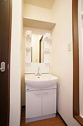 洗面化粧台忙しい朝などの身支度にあると助かる洗面台です右が浴室、左がトイレです。