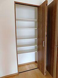 リビング収納。お部屋をすっきり見せられる扉付です。