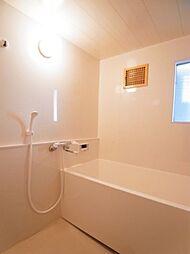 お風呂もリフォーム済み。窓がついた明るい浴室です。