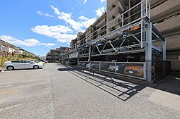 敷地内には機械式駐車場。もちろん近隣で徒歩1分(60m)の場所に平面駐車場を確保しています。