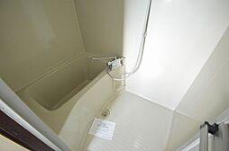 一体型で掃除がしやすい清潔なお風呂。