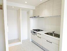リフォーム済キッチンは新品の3口ガスコンロシステムキッチンに交換されました。新しいキッチンで新生活をスタートできるのはうれしいですね。
