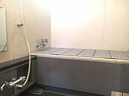 広々とした清潔感のある浴室です。