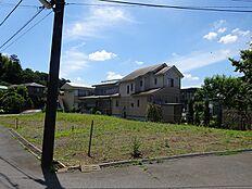 国道16号と町田街道が使えて交通に便利。大学キャンパスが多い地域です。橋本駅周辺には商業施設が充実していて生活に便利。