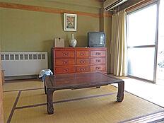 和室6畳 陽が暖かいです。
