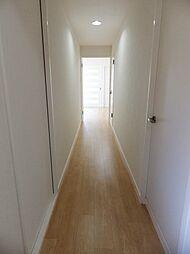 移動し易いストレートの廊下です