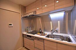 食洗機・浄水器一体型水栓付きシステムキッチン。