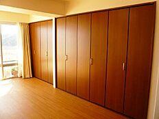 壁1面に備えられた収納スペースです。