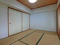 日本情緒漂う寛ぎの和室は6畳です。障子が間仕切りとなり独立した部屋となります。