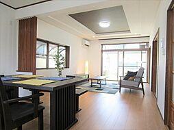 リフォーム済ご覧のような揃いのソファ、ラグ、ローテーブルやローボード、人工観葉植物まで価格に含んだ家具付販売。家具類を新規で購入せずにそのままお住まいいただけますよ。