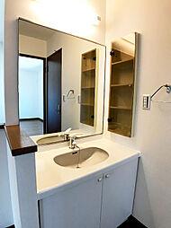 ワイドな鏡と洗面のついた広々パウダールーム。