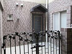 玄関は隣と仕切りになっており、プライバシーも守られております。