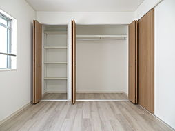 二つ並んだ収納は仕切りの棚やハンガーパイプ付きで使い勝手が良さそうですね。