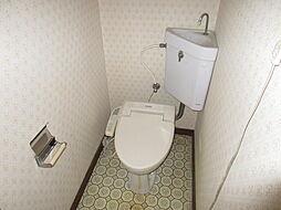 タンクレストイレにすることで、スペースを広く使えます。