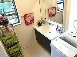 使いやすい三面鏡タイプの洗面台。