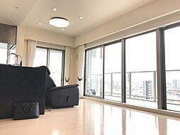 大きな窓が開放的な空間を演出します。最上階角部屋で長久手市内の景色も一望できます。