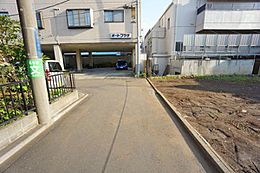 前面道路は車通りが少なく落ち着いています。