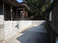 駐車場は拡張工事を行い、2台駐車可能に拡張しました。