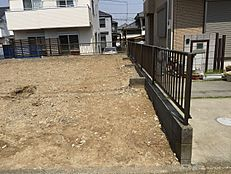 横浜線の南側に広がる閑静な住宅街。周辺に高層建築物がないため、陽当たりが良く、風通しの良い場所です。