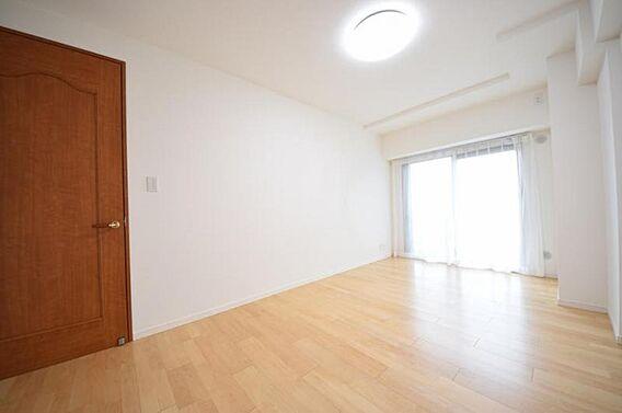 洋室は高い天井...