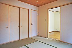 バルコニーに面した和室。日向ぼっこの出来そうな和みの和室。